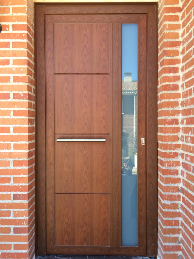 foto puerta panelada en aluminio color madera de