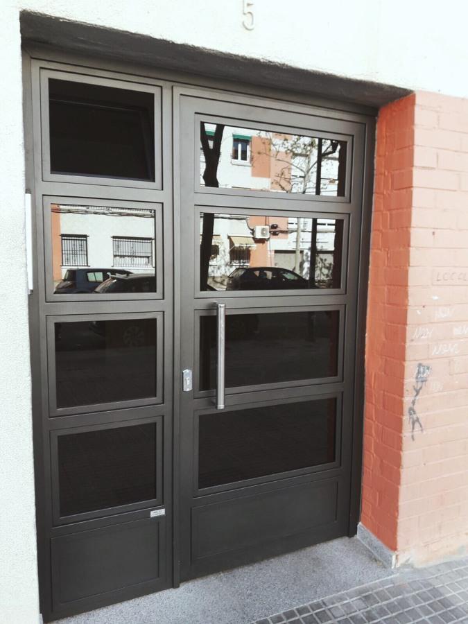 Puerta para comunidad de vecinos.