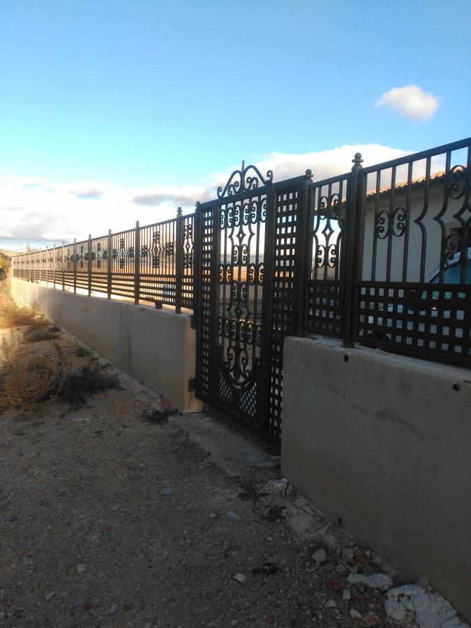 Puerta peatonal y conjunto de paneles