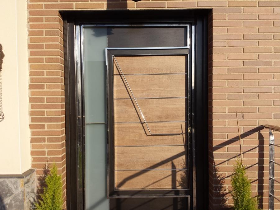 Foto puerta principal en hierro inox y vidrio laminado for Puertas de hierro para entrada principal