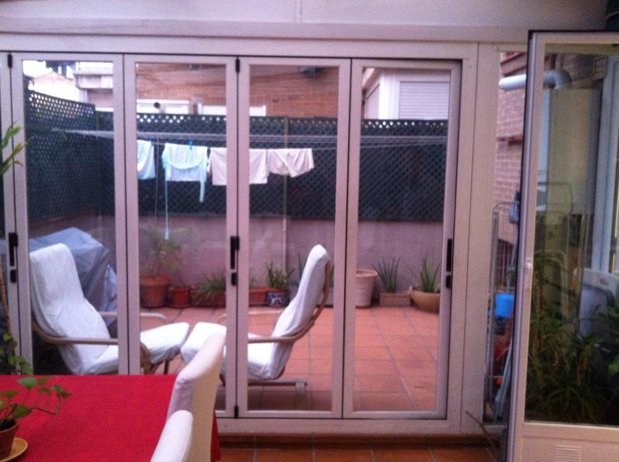 puerta replegable de aluminio