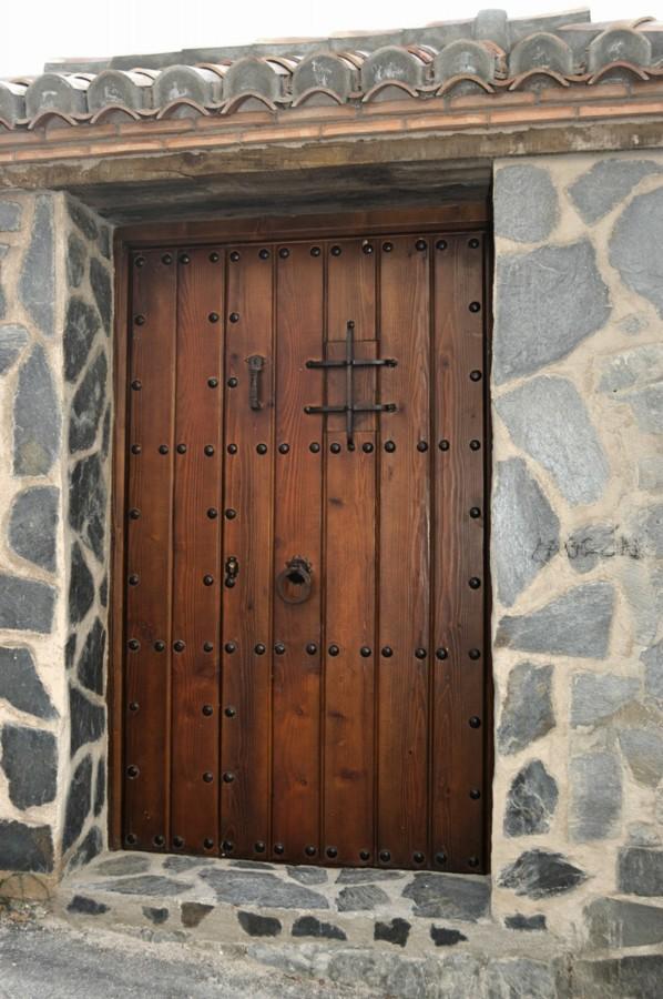 Puerta rústica. Clavos y demás herrajes de hierro forjado artesanal o de bronce