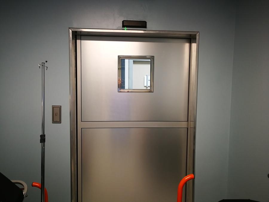 Puerta sala blanca con mirilla