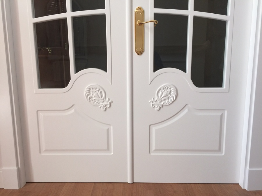 Puerta salón vidriera tallada