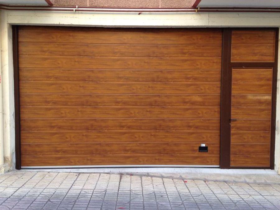 puerta seccional con peatonal, imitación madera