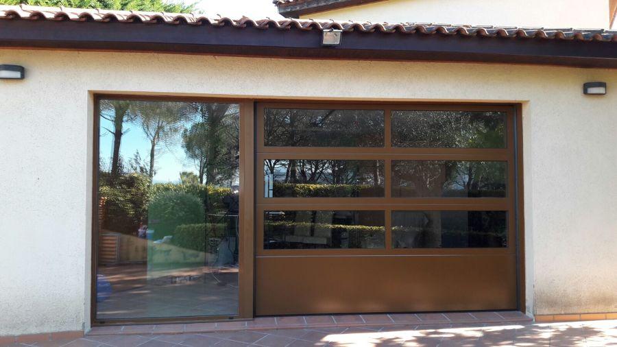 Puerta seccional con perfileria de aluminio y fijo adosado - Puerta balconera aluminio ...