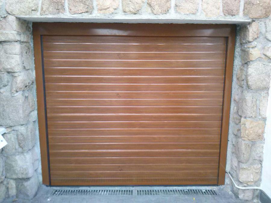 Puerta seccional con remates en imitacion madera clara