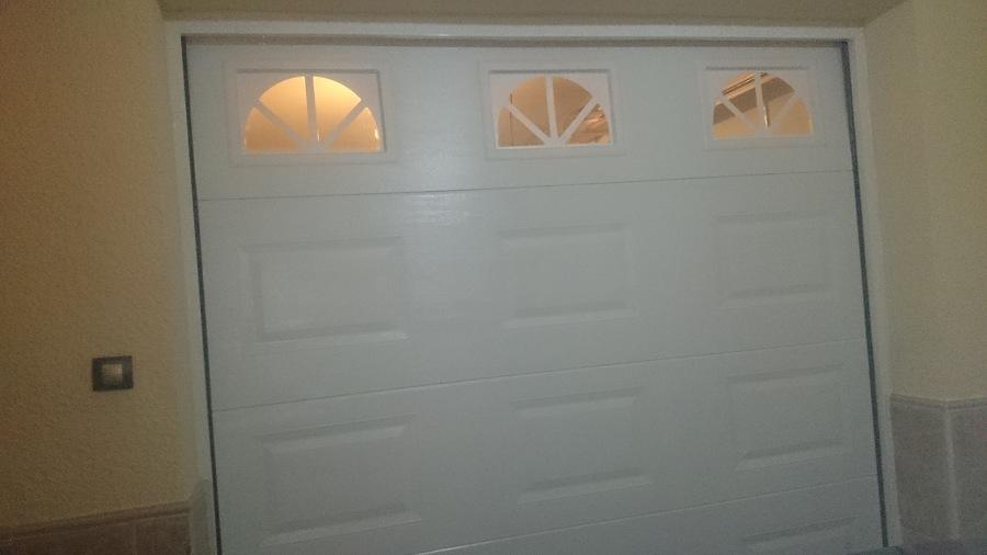 Puerta seccional de cuarterones con visores