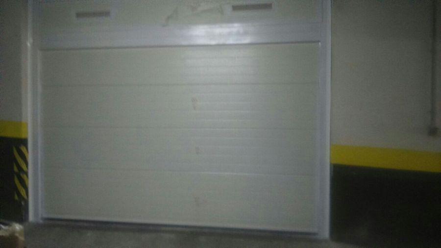 Puerta seccional de garaje interior