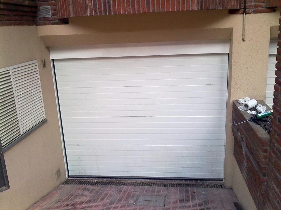 Puerta seccional de uso residencial automática