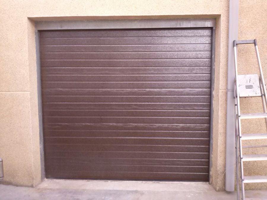 Puerta seccional en ral 8014 sin remates
