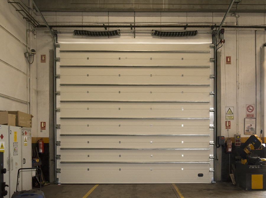 puerta seccional industrial con omegas.jpg