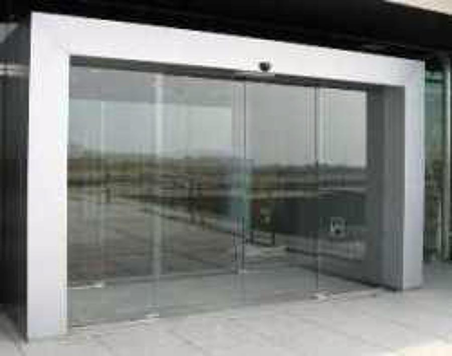 Puerta totalmente en cristal y marco de aluminio