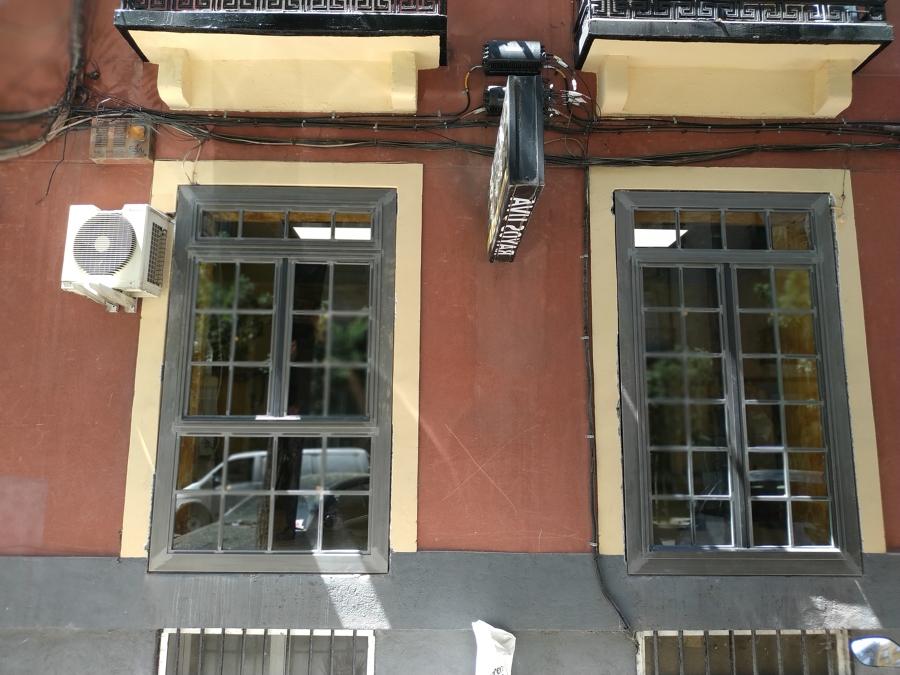 Puerta y ventana de hierro transparente