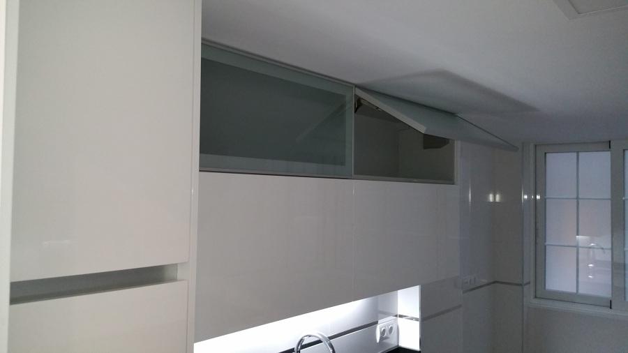 Foto puertas abatibles en la cocina buena elecci n de - Puerta abatible cocina ...