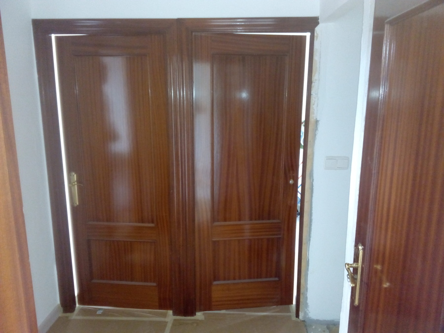 Colocacion de tarima pintura y lacado en blanco de for Lacar puertas en blanco