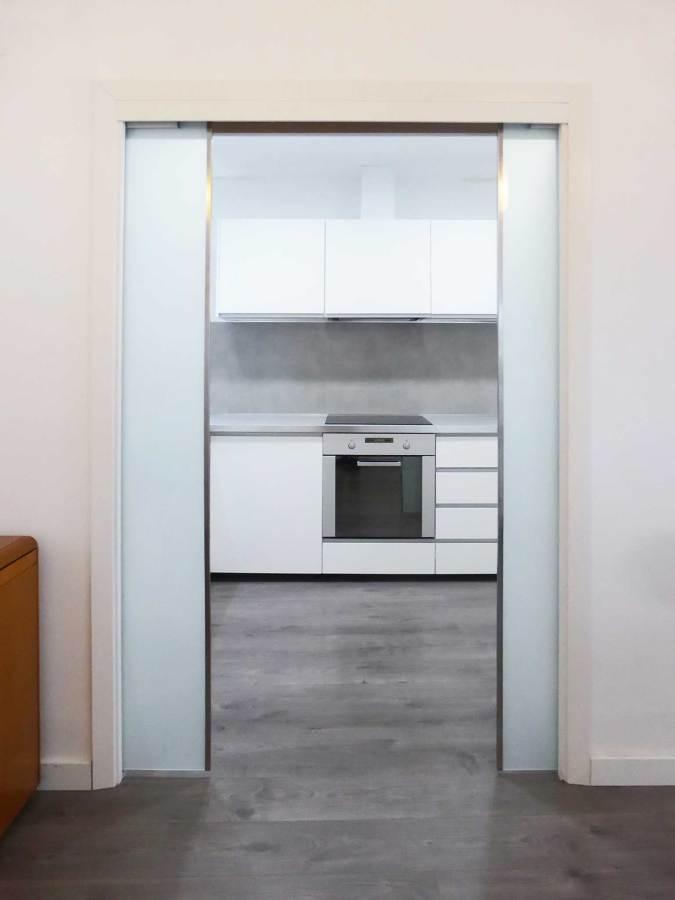 Reforma integral de una vivienda en el centro de barcelona - Puerta corredera cocina ...