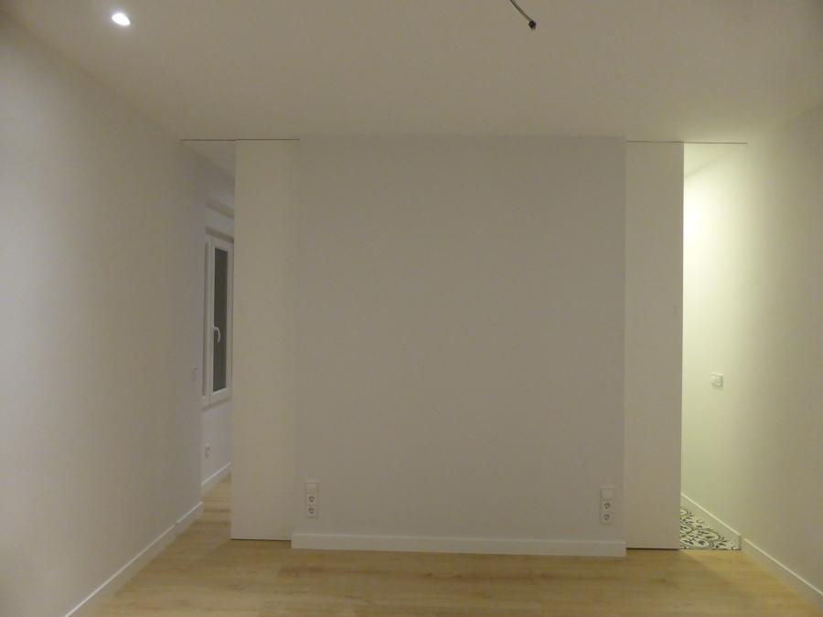 Puertas correderas en dormitorio principal, acceso a vestidor y aseo.