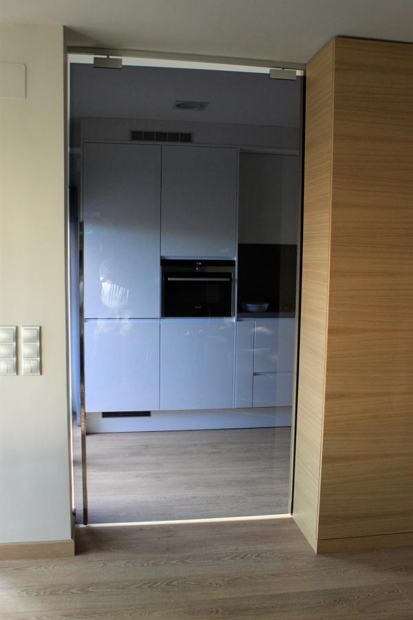 Puertas cristal en casa adosada ideas reformas cocinas - Puertas cocina cristal ...
