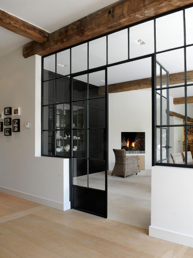 puertas de metal con viga de madera