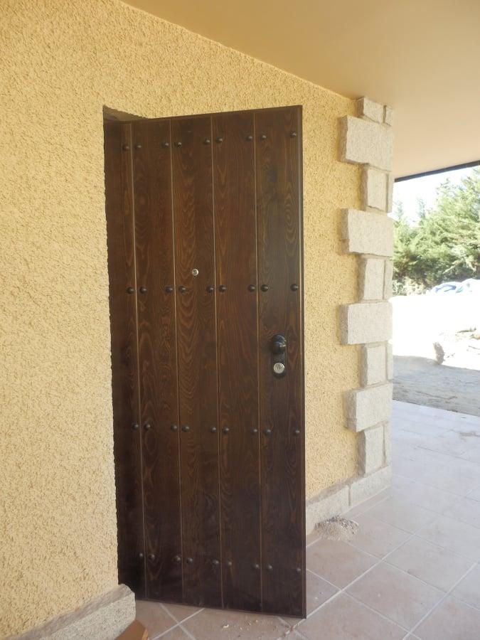 Puertas exteriores con duelas