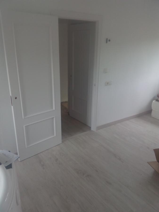 Colocacion de tarima pintura y lacado en blanco de - Lacar puertas en blanco presupuesto ...