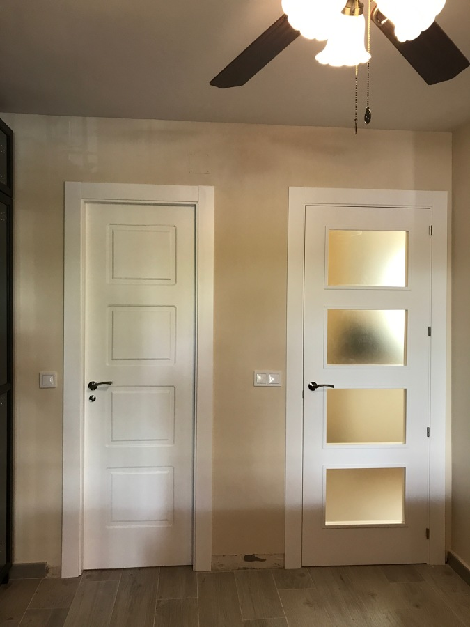 Puertas lacadas blancas ciega y cristalera
