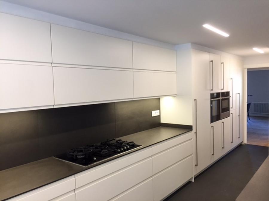 Foto puertas muebles altos y bajos con perfil gola for Modelos de muebles de cocina altos y bajos