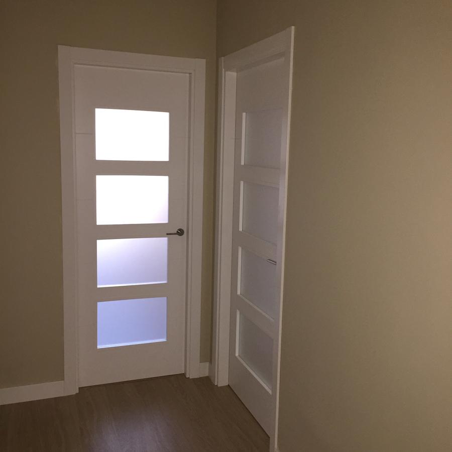 Puertas vidrieras lacadas en blanco