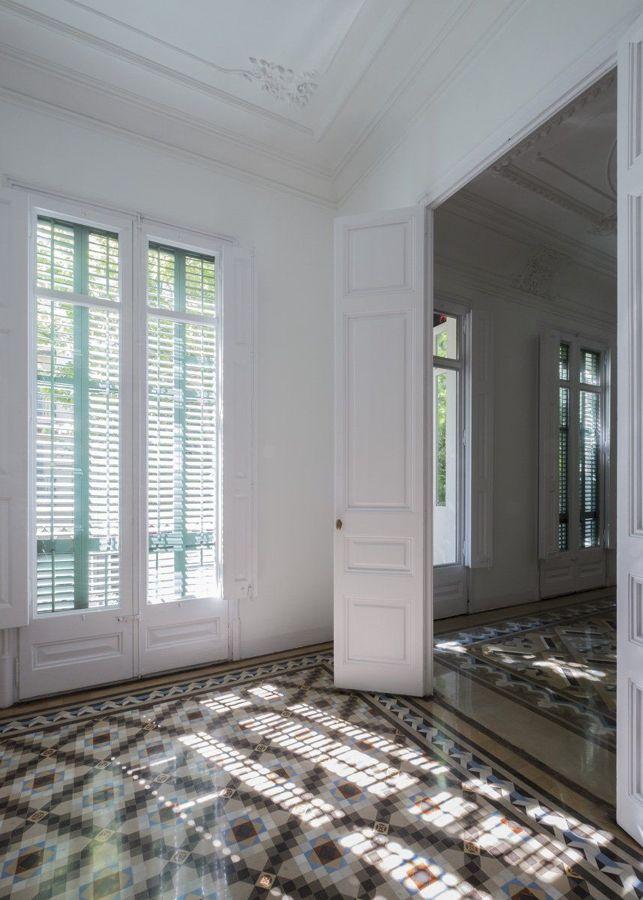 Puertas y ventanas blancas