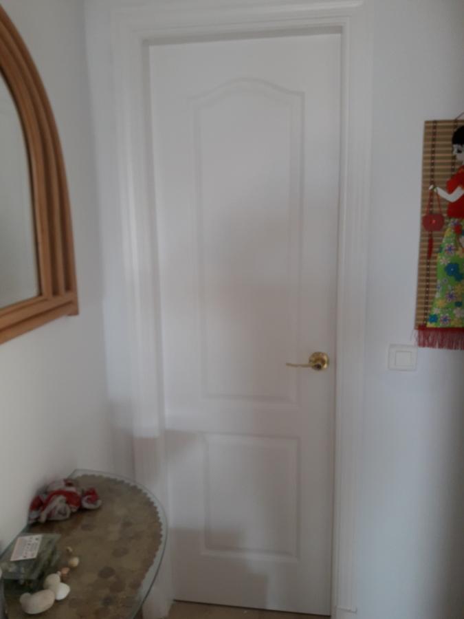 PuertPuerta de baño restaurada y lacada