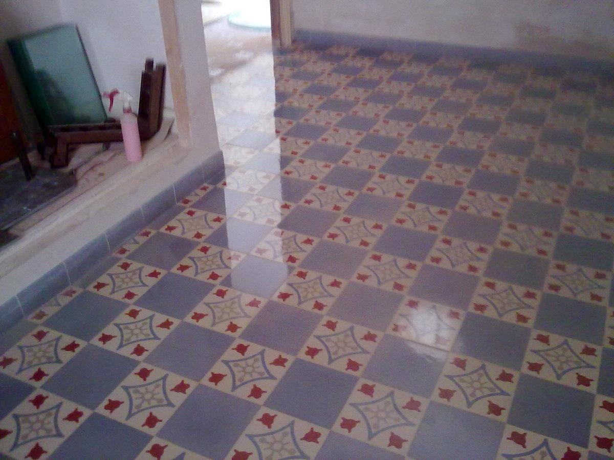 Foto pulido y abrillantado de mosaico hidraulico de for Suelo hidraulico antiguo