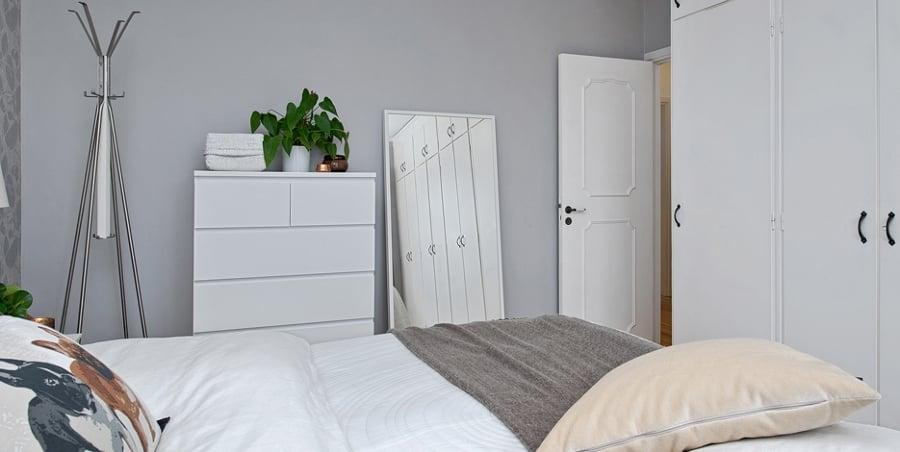 Foto dormitorio blanco cojines perros de boho chic for Dormitorio cabecero blanco