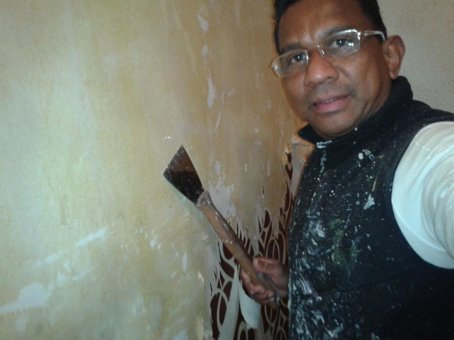 Quitando estuco y papel de las paredes