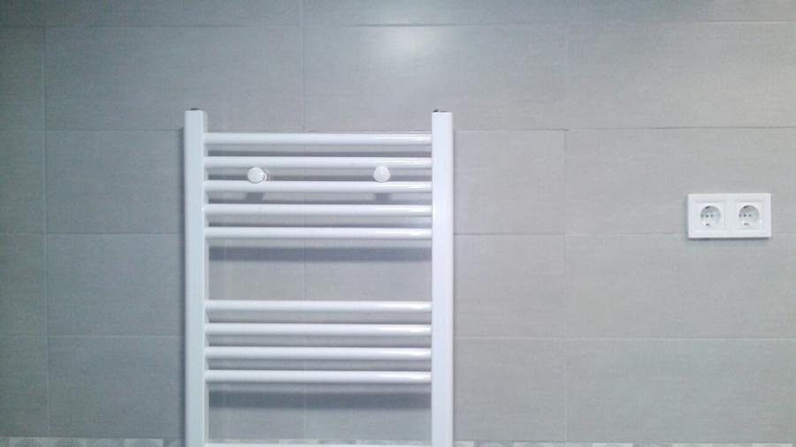 Foto radiador calefaccion en ba o de valentin reformas y - Calefaccion bano ...