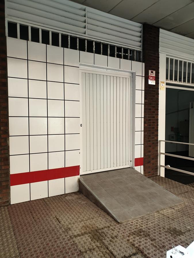 Rampa y puerta de acceso a almacén
