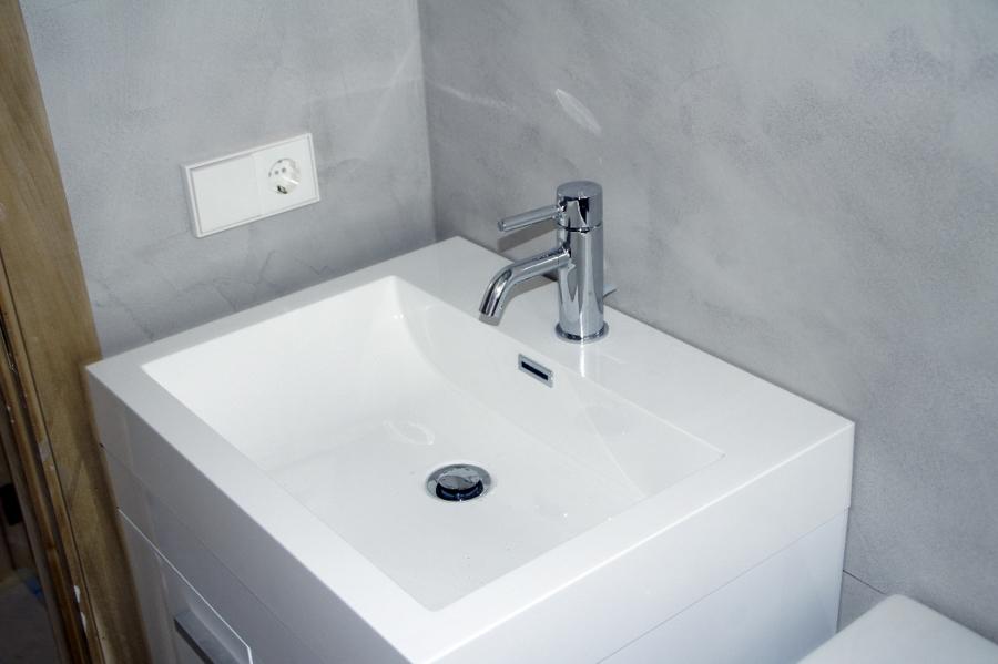 reforma de baño con microcemento gris perla