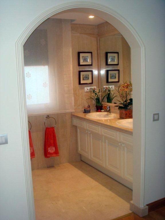 Realización de arco entre acceso vestidor al baño principal