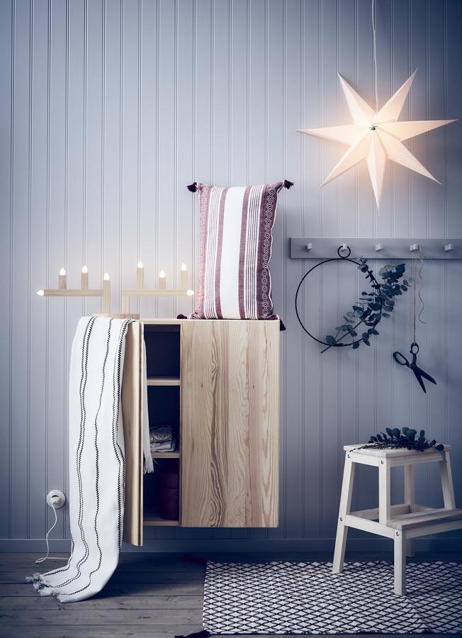recibidor con iluminación y textiles de la colección VINTERFEST IKEA