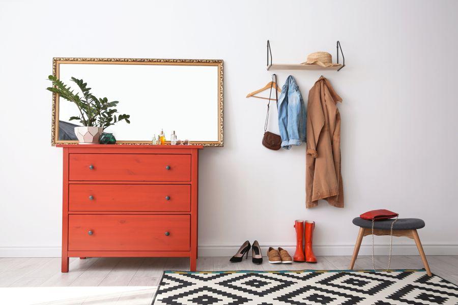 Recibidor con mueble pintado en rojo