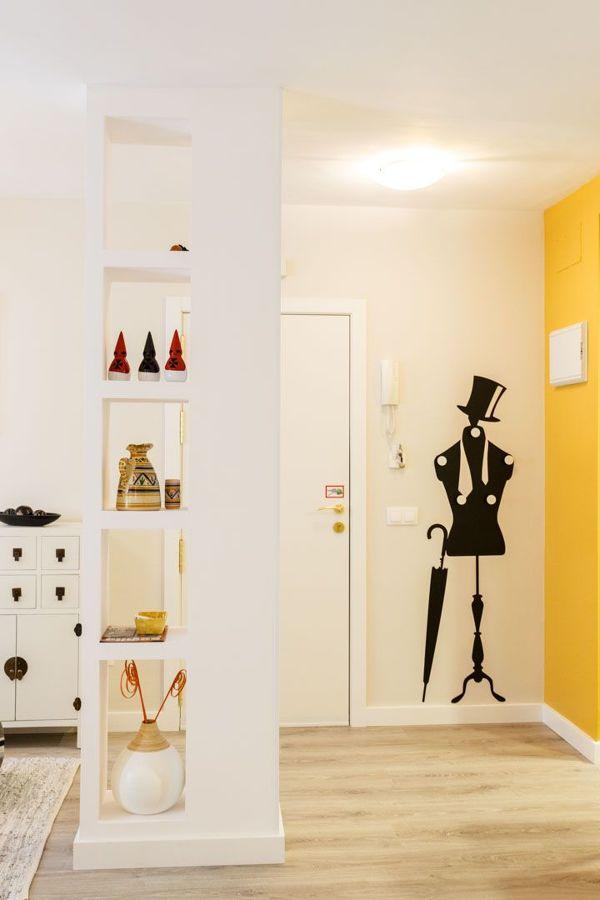Recibidor con pared pintada en amarillo