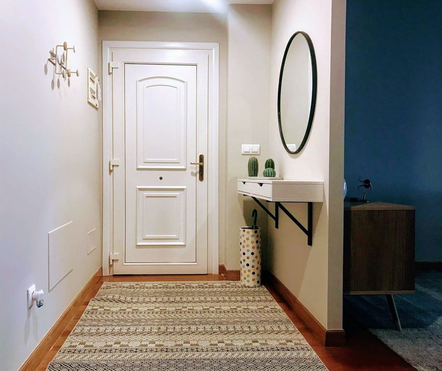 Recibidor estrecho con mueble y espejo