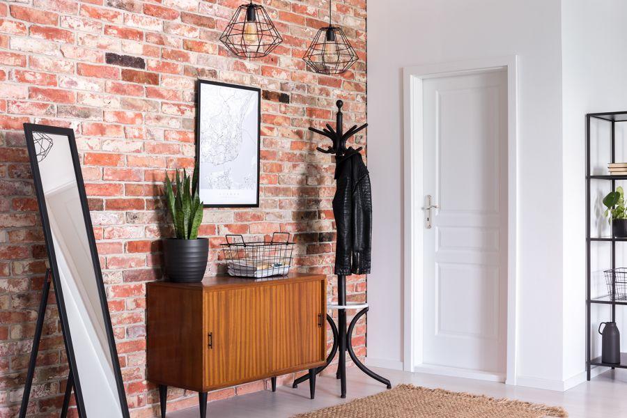 Recibidor moderno con pared ladrillo vista