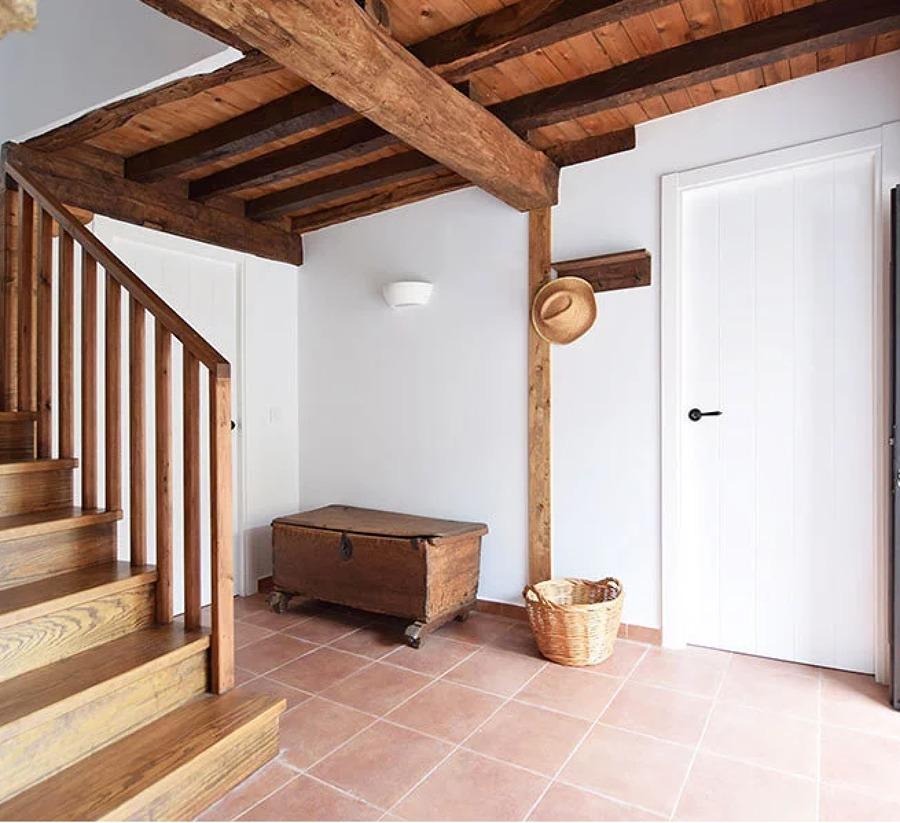 Recibidor rústico con techos restaurados