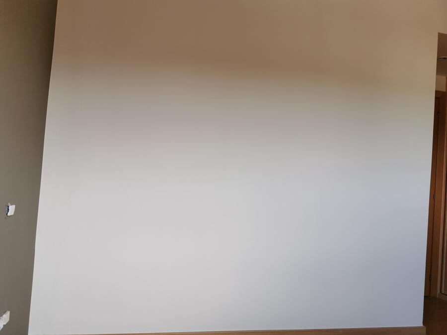 Recorte perfecto entre parede blanco y marrón