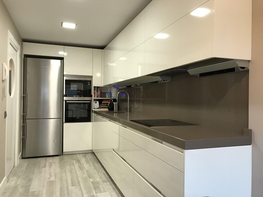 Reforma completa de cocina con puerta corredera de ojo de buey