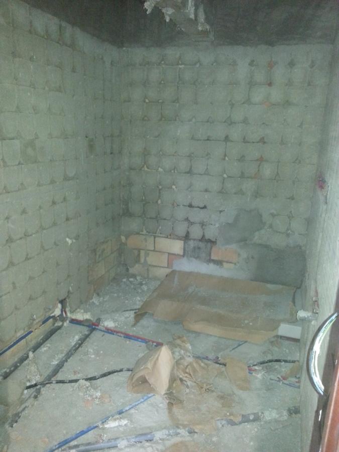 Reformas Baños Huelva:Retirada de azulejos de suelo y paredes para colocación de material