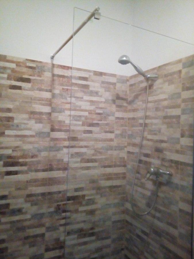 reforma de baño, quitando azulejos viejos,  completa