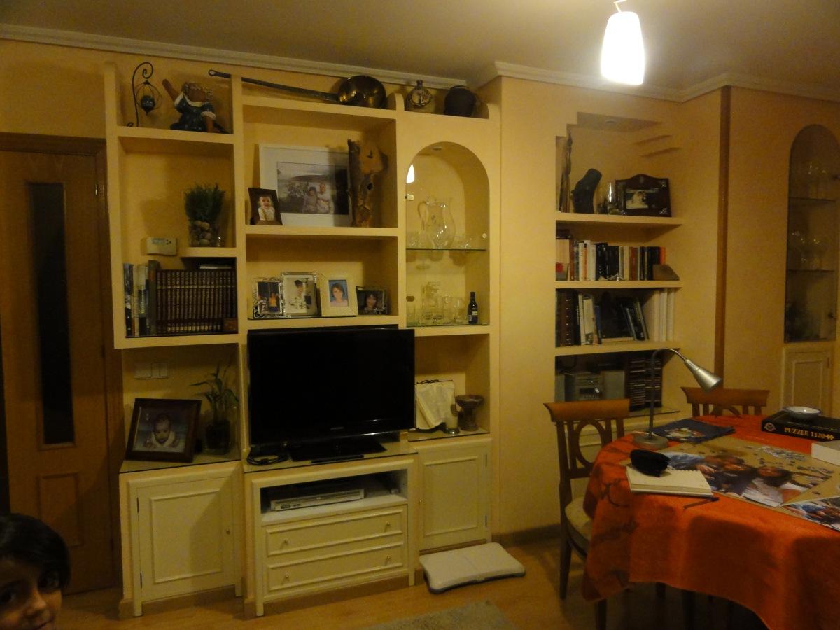 Foto reforma de muebles fijos en salon de persama for Modernizar salon muebles clasicos