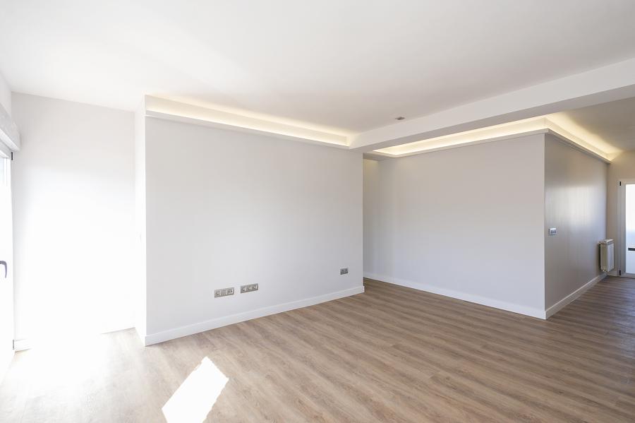 Salón conectado con la cocina y pasillo de estilo moderno e iluminación LED